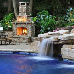 Ispirazione per una grande piscina monocorsia classica personalizzata dietro casa con un acquascivolo e ghiaia