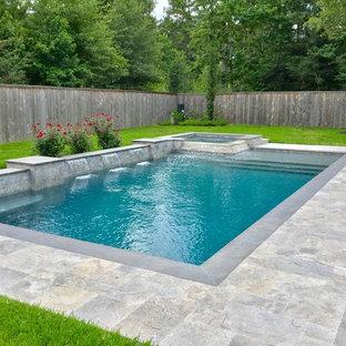 Diseño de piscinas y jacuzzis alargados, actuales, de tamaño medio, rectangulares, en patio trasero, con adoquines de piedra natural