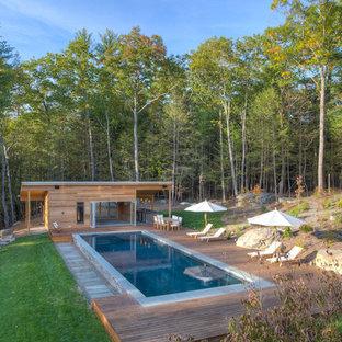 Immagine di una piscina monocorsia stile rurale rettangolare nel cortile laterale e di medie dimensioni con una dépendance a bordo piscina e pedane