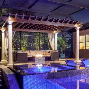 Idee per una piscina classica personalizzata di medie dimensioni e dietro casa con pavimentazioni in pietra naturale e fontane
