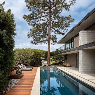 Foto de piscinas y jacuzzis alargados, vintage, rectangulares, en patio trasero, con entablado
