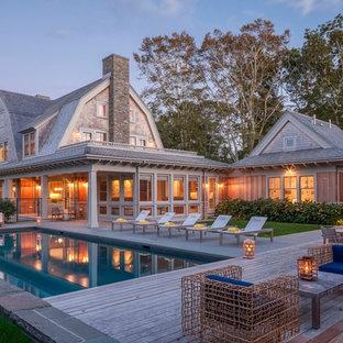 Diseño de piscina de estilo americano, de tamaño medio, rectangular, en patio trasero, con entablado