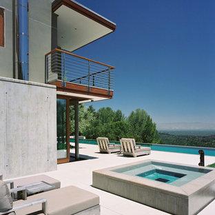 На фото: прямоугольные бассейны в стиле модернизм