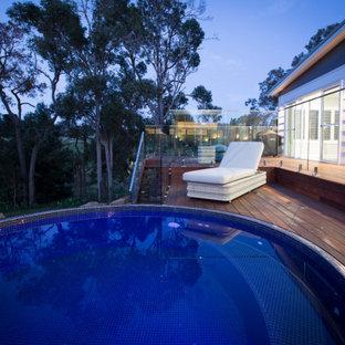 Foto di una piccola piscina fuori terra country rotonda dietro casa con pedane