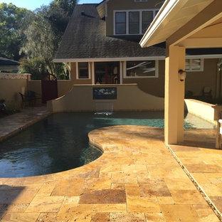 Modelo de piscina con fuente natural, de estilo americano, pequeña, a medida, en patio trasero, con adoquines de piedra natural