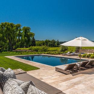 Diseño de piscina alargada, mediterránea, rectangular, con adoquines de piedra natural