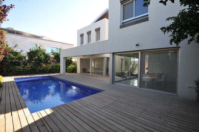 Modern Pool by OFERMIARA ARCHITECTS