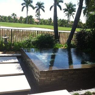 マイアミのアジアンスタイルのおしゃれなプールの写真
