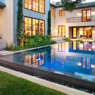 Exemple d'une piscine tendance avec une cour.