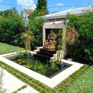 Modelo de piscina con fuente natural, de estilo zen, pequeña, a medida, en patio trasero, con adoquines de piedra natural