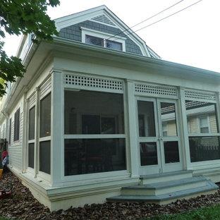 Ispirazione per un piccolo portico stile americano dietro casa con un portico chiuso e un tetto a sbalzo