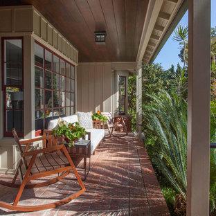 Imagen de terraza clásica renovada, en patio delantero y anexo de casas, con adoquines de ladrillo