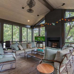 Imagen de porche cerrado clásico renovado, grande, en anexo de casas, con entablado
