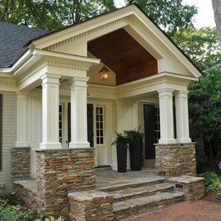 Foto de terraza clásica, en patio delantero y anexo de casas, con adoquines de piedra natural