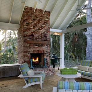 Diseño de terraza clásica con brasero y entablado