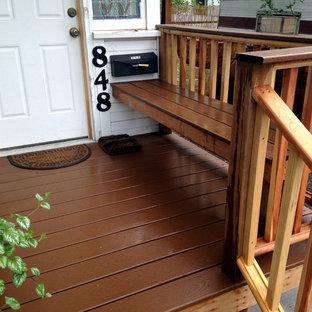 Immagine di un piccolo portico stile americano davanti casa con pedane