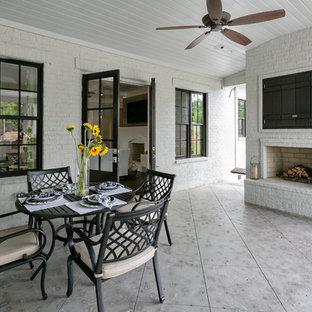 Foto de terraza clásica renovada, grande, en patio trasero y anexo de casas, con brasero y suelo de hormigón estampado