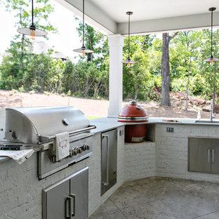 Imagen de terraza tradicional renovada, grande, en patio trasero y anexo de casas, con cocina exterior y suelo de hormigón estampado