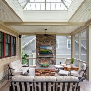 Diseño de terraza tradicional renovada, grande, en patio trasero y anexo de casas, con chimenea y adoquines de piedra natural