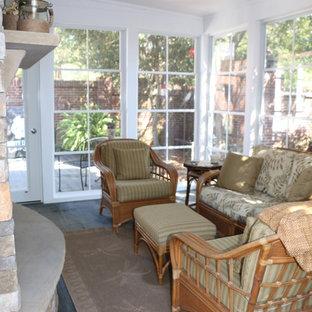 Esempio di un ampio patio o portico tradizionale dietro casa con un portico chiuso, cemento stampato e un tetto a sbalzo