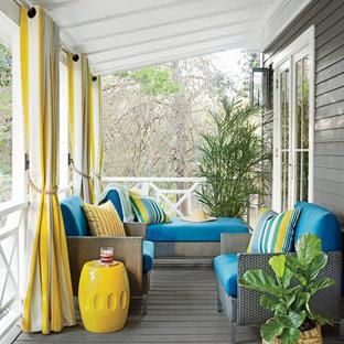 Idee per un portico costiero di medie dimensioni e davanti casa con pedane e un tetto a sbalzo