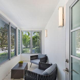 Ispirazione per un portico contemporaneo di medie dimensioni e davanti casa con un portico chiuso, cemento stampato e un tetto a sbalzo