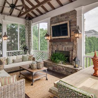 Imagen de terraza tradicional, en anexo de casas, con brasero y entablado