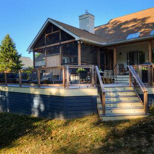 Inspiration för rustika innätade verandor på baksidan av huset, med takförlängning