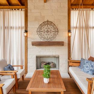 Bild på en vintage innätad veranda, med trädäck och takförlängning