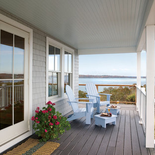 Réalisation d'un porche avant marin de taille moyenne avec une terrasse en bois et une extension de toiture.