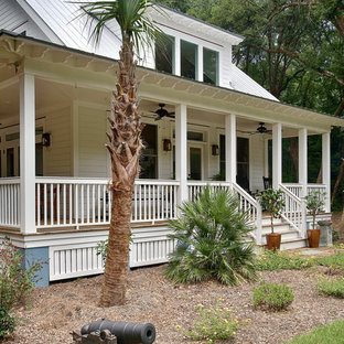 Island style front porch idea in Charleston