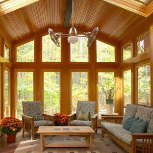 Immagine di un grande portico stile americano con pedane e un tetto a sbalzo
