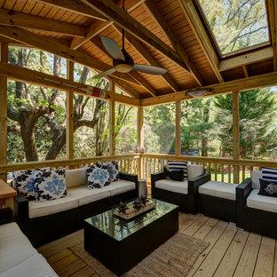 Diseño de porche cerrado contemporáneo, pequeño, en patio trasero y anexo de casas, con entablado