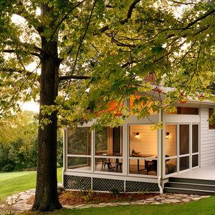 Ispirazione per un portico country di medie dimensioni e dietro casa con un portico chiuso, un tetto a sbalzo e pedane