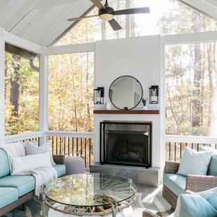 Réalisation d'un porche arrière chalet de taille moyenne avec une moustiquaire, du carrelage et une extension de toiture.