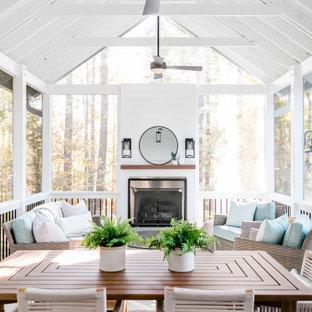 Idéer för att renovera en mellanstor rustik innätad veranda på baksidan av huset, med kakelplattor och takförlängning