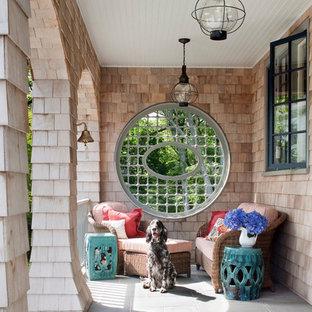 Foto di un portico vittoriano nel cortile laterale con pavimentazioni in pietra naturale e un tetto a sbalzo