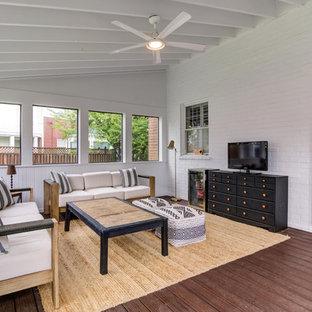 Idee per un portico design di medie dimensioni e dietro casa con un portico chiuso, pedane e un tetto a sbalzo