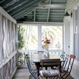 Foto di un portico stile shabby con un tetto a sbalzo e un portico chiuso