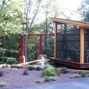 Ispirazione per un piccolo patio o portico moderno davanti casa con un portico chiuso e una pergola