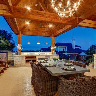 Diseño de terraza mediterránea, grande, en patio trasero, con chimenea y losas de hormigón