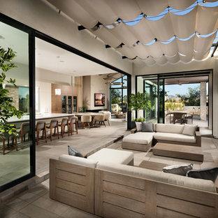 Foto de terraza contemporánea con chimenea y toldo