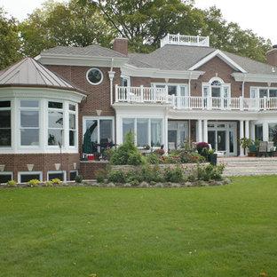 Diseño de terraza retro, grande, en patio trasero y anexo de casas, con huerto y adoquines de ladrillo
