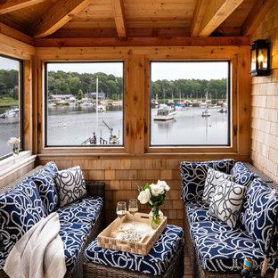 Idéer för små maritima innätade verandor, med trädäck och takförlängning