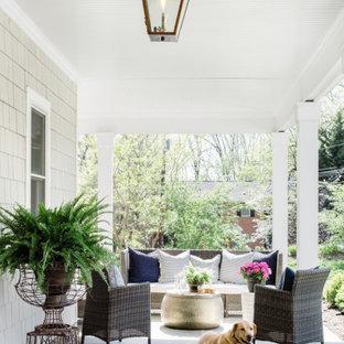 Idee per un portico country di medie dimensioni e nel cortile laterale con pavimentazioni in pietra naturale e un tetto a sbalzo