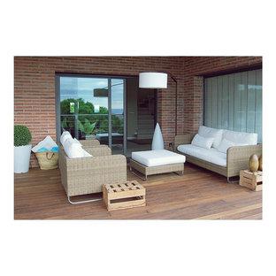 Réalisation d'un porche arrière nordique de taille moyenne avec une extension de toiture.