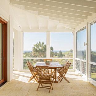 Idee per un portico stile marinaro con un portico chiuso, piastrelle e un tetto a sbalzo