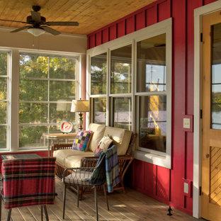 Foto di un patio o portico scandinavo di medie dimensioni e dietro casa con un portico chiuso, pedane e un tetto a sbalzo