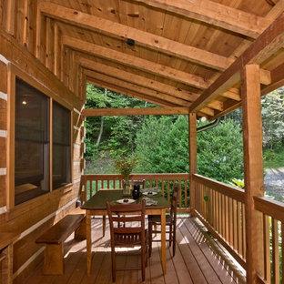Immagine di un portico stile rurale di medie dimensioni con pedane e un tetto a sbalzo