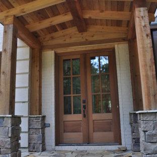 Ispirazione per un grande portico rustico davanti casa con pavimentazioni in pietra naturale